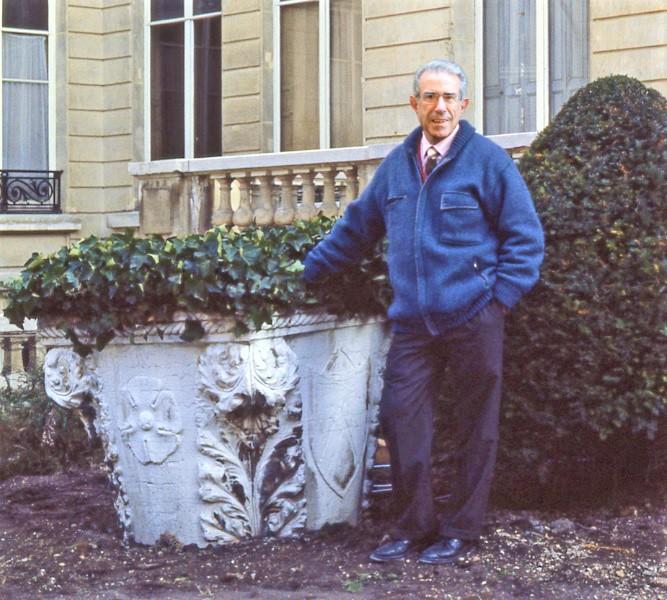Foto del dott. Bruno Angheben accanto ad un pozzo veneziano nel cortile del Museo Jacquemart André di Parigi