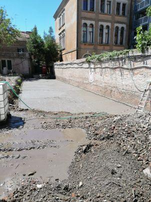 05 pellet stesura in corso su scavo fronte muro scuole sistema brevettato mapei - Bonifica Gasometri Venezia